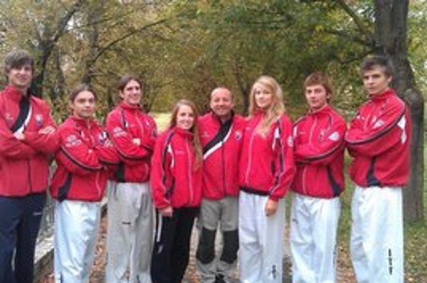 V reprezentačných farbách. Zľava: P. Petro, R. Škop, M. Magda, V. Balážová, tréner R. Baláž, L. Palščáková, M. Petro, T. Gajdoš.