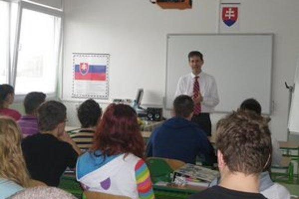 Beseda. Americký diplomat debatoval so študentmi.