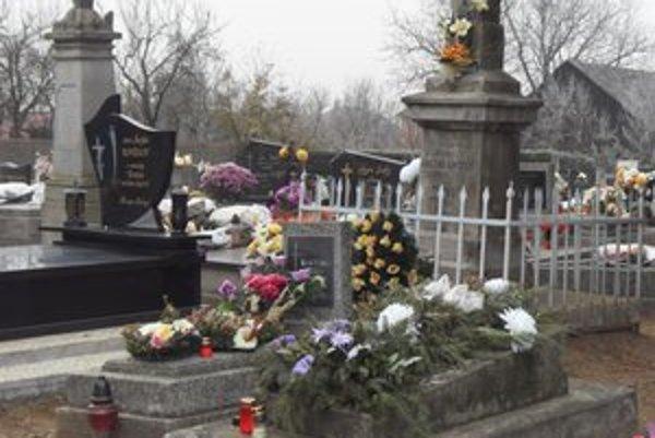 Cintorín v Ľuboticiach. Samospráva označila nevyplatené hrobové miesta nálepkami.