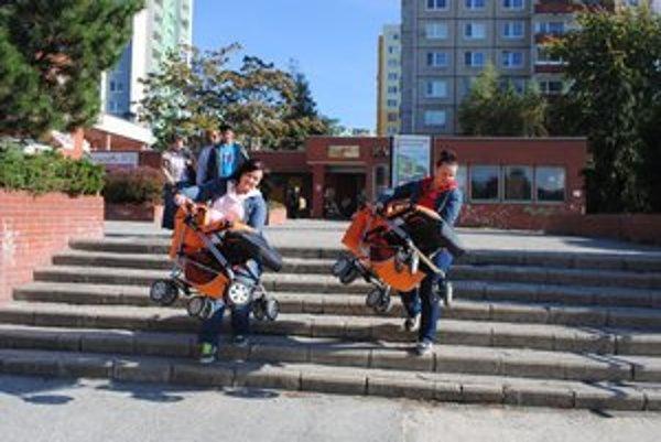 Mamičky kočiare s deťmi musia nosiť v rukách.