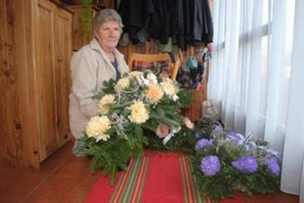 Anna Škovránková (62). Vence na hroby si vyrába sama.