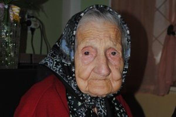 Gizela Duždová. Hoci má 104 rokov, svet okolo seba dobre vníma.