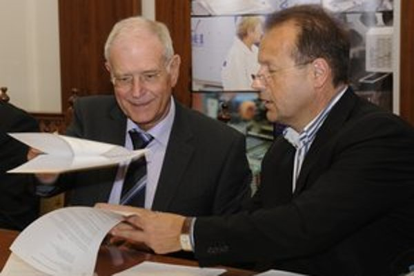 Pri podpise memoranda. Generálny riaditeť spoločnosti MCS Elektronics SK Manfréd Schwarztrauber a primátor Pavel Hagyari.