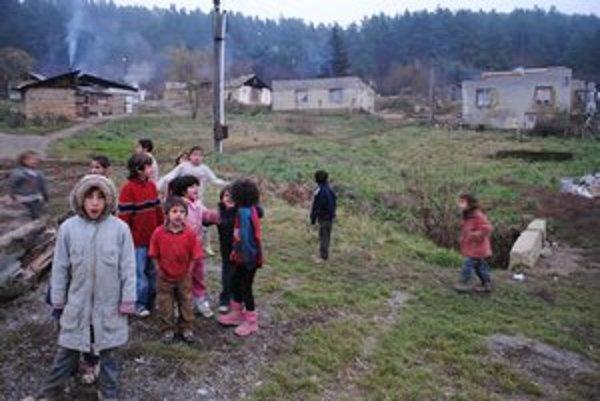 Osada v Kojaticiach. Sedem rodín v nej si chce zlepšiť svoje bývanie.