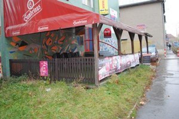Terasa pred jedným z barov na prešovskej Plzenskej ulici. Tu sa odohrala tragédia.