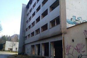 Hotel na Sigorde. Ľudia sa tam chodili zabávať aj relaxovať, po rokoch z neho ostal len skelet.
