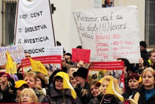 Učitelia odkázali politikom, aby o výške ich platov nezavádzali verejnosť.