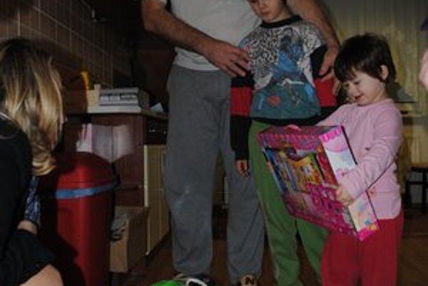 Rodina Nálepovcov. Zuzanka a Marek sa z nových hračiek veľmi tešili.