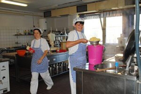 Kuchárky z MŠ Jurkovičova. Ich platy sa od januára zvýšia asi o 15 až 18 eur.