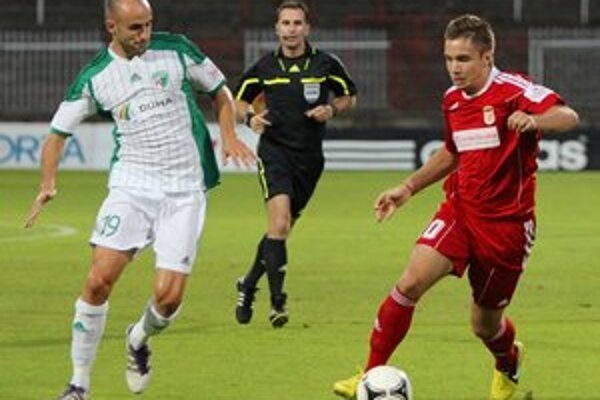 Pomáhal. Medzi hráčov áčka, ktorí sa objavovali v tíme rezervy, patril aj Miroslav Poliaček (vľavo).