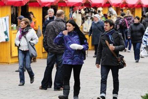 Vianočné trhy lákajú aj Prešovčanov.