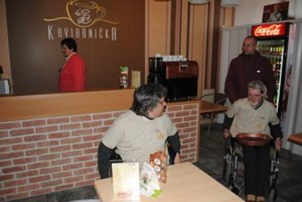 Kaviarnička dala prácu aj vozičkárom.