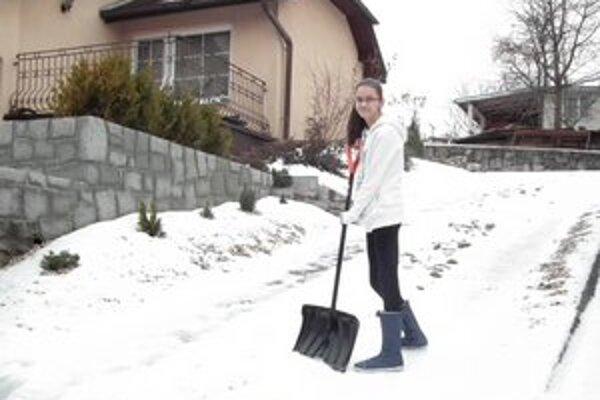 Martinka Palenčárová (13). Hoci najčastejšie odpratávajú sneh jej rodičia, občas padne táto úloha i na ňu.
