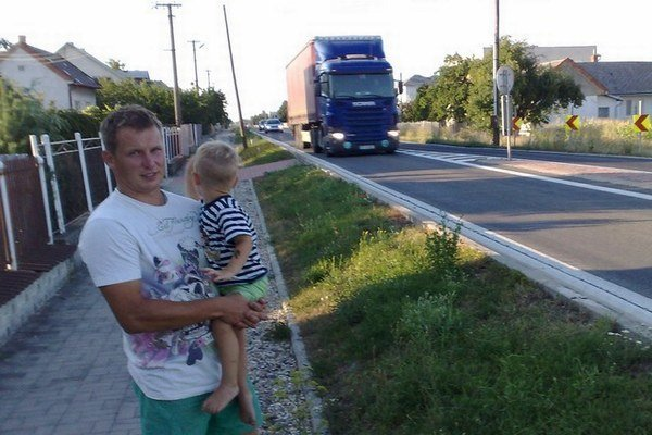 Kamióny sa premávajú obcou Dvorianky. Ľudia sa sťažujú, že sú príliš hlučné.
