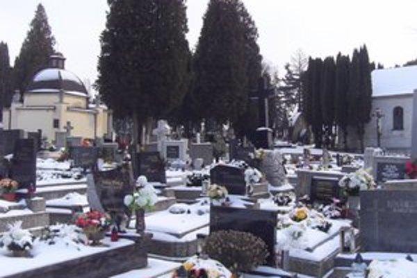 Mestský cintorín. Tam sa platilo aj doteraz. Nové VZN má nastaviť pravidlá na všetkých ôsmich  cintorínoch.