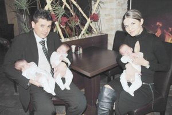 Rodinka. Vlani sa im narodili trojčatá Leo, Hugo a Boris.