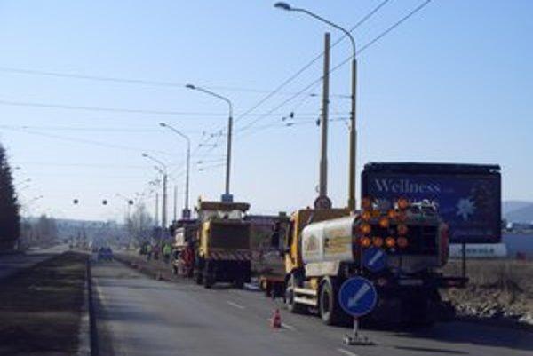 Sekčov. Pri včerajšom frézovaní dopravné značky na ceste boli.