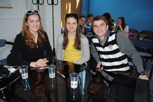 Gymnazisti z Lipian. Zľava M. Ištoňová, B. Hurtuková a B. Cuprák.