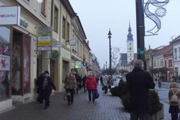 Centrum Prešova. Keď v noci napadá sneh, do rána musia byť chodníky čisté.