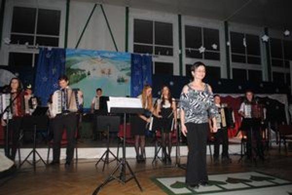 Akordeónový súbor. Dirigentka Miriam Timčová Žilková vraví, že akordeón je jej život.