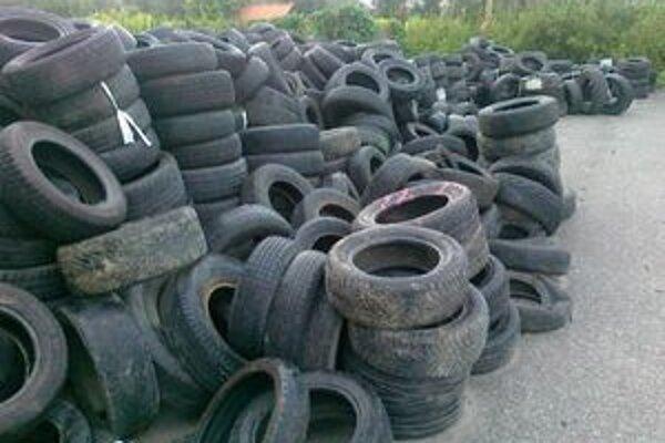 Hromada opotrebovaných pneumatík. Boli v lete pri Mestskej hale.