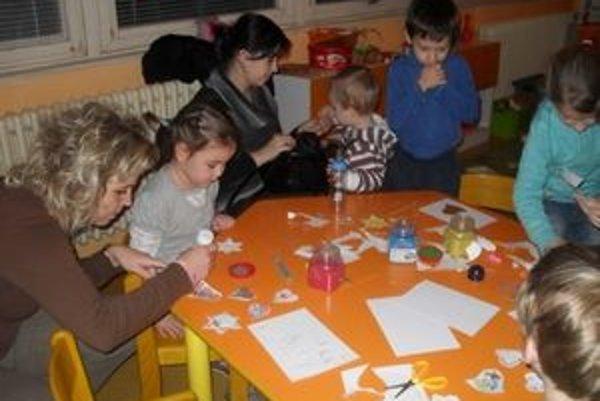 Deti z MŠ na Bratislavskej ulici. Usilovne pripravovali ozdoby aj vianočné vystúpenie.