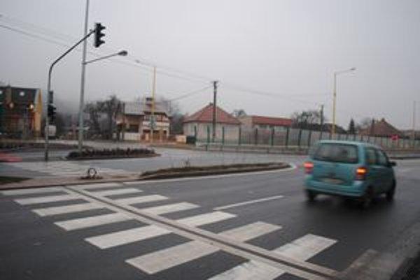 Svetelná signalizácia nefunguje a chodcom to spôsobuje problémy.
