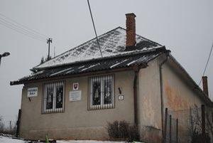 Stará budova. Škôlkari sa učia v budove, kde často zlyháva elektrika.