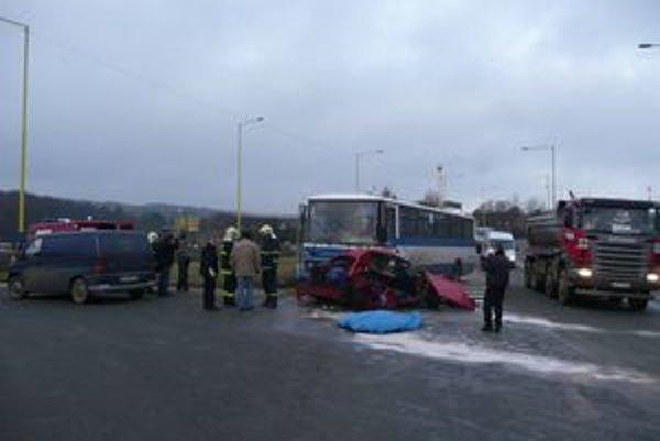 Miesto nehody. Podľa znalcov do volkswagenu narazila honda a otca so synom posunula pod kolesá oprotiidúceho autobusu.
