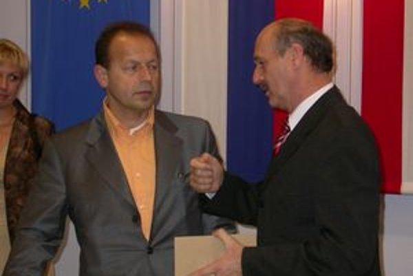 Milan Benč (vpravo, vedľa Pavla Hagyariho) cíti krivdu.