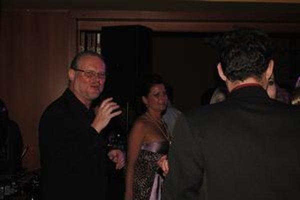 Vašo Patejdl. Zabával plesajúcich hostí.