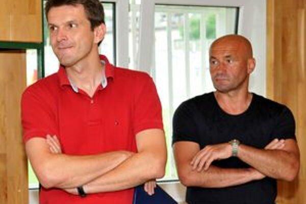 Štefan Tarkovič (vľavo). Je asistentom hlavného trénera Ľuboša Nosického.