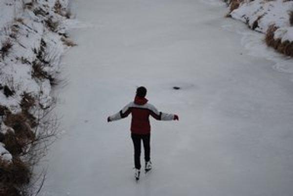 Korčuľovanie na rieke. Deti to tento rok využívajú naplno.