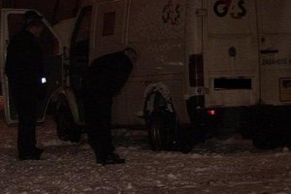 Prepadnuté auto. Policajti skutok dokumentovali niekoľko hodín.