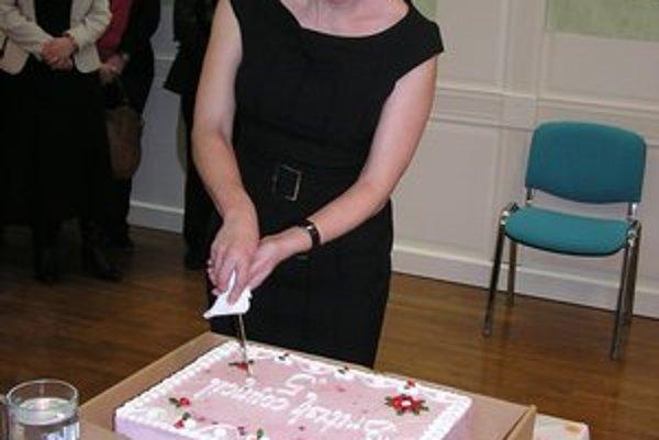 Diplomatka. Veľvyslankyňa prekrojila slávnostnú tortu.