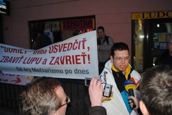 Róbert Grega obkolesený novinármi, zo strany Prešovčanov bol záujem malý.