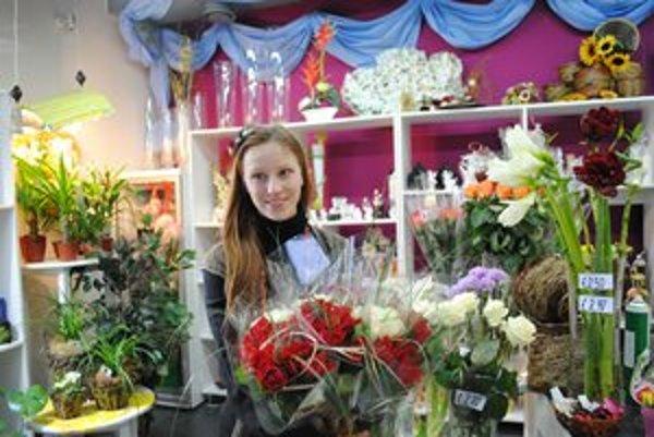 Kvetinárka Lenka Ovčariková. Vraví, že kvety svojim polovičkám kupujú starší i mladší