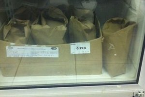 Chladnička v obchode. Jedno vajce je za 29 centov.