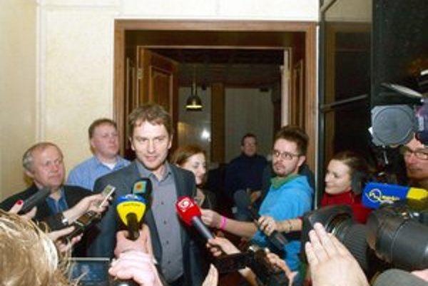 Z chvosta na čelo. M. Fecko (úplne vľavo) vedľa lídra Matoviča, s ktorým sa znovu prekrúžkovali do NR SR.