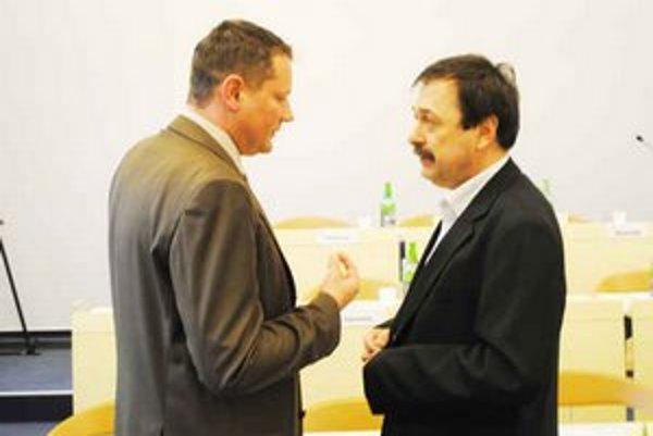 Peter Klein. Diskutuje s riaditeľom PKO Emilom Chlapečkom (vpravo).
