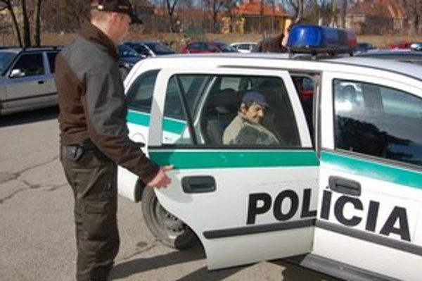 Agresívny muž. Na policajta zaútočil odzadu.