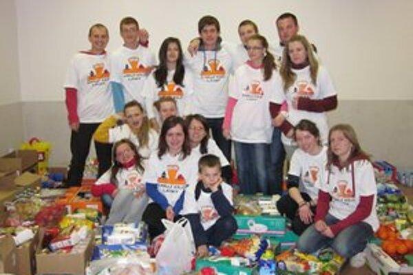 Dobrovoľníci v Pastoračnom centre sústredili vyzbierané potraviny.