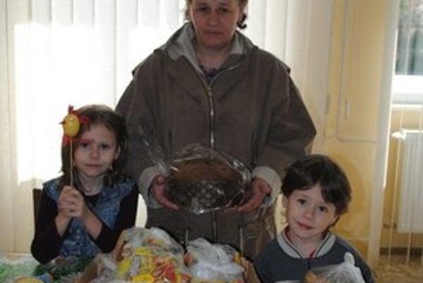 K. Hanková s deťmi Lukášom a Ivetou žijú v chránenom bývaní.