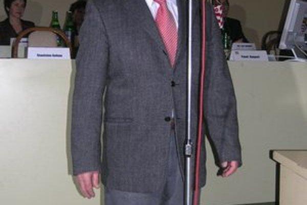 Vasiľ Janko. Pridá svoj podpis k primátorovmu.