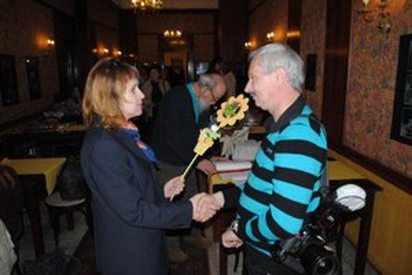 Agáta Korbačková blahoželá Viktorovi Zamborskému.