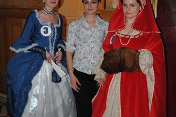 Dizajnérka B. Gemmelová (v strede) so svojimi modelmi. Na jedny šaty použila šesť metrov zamatu.