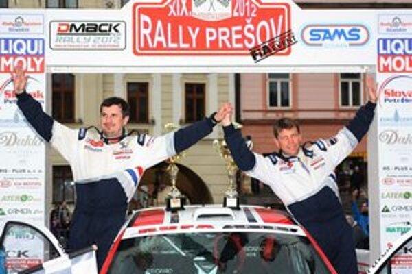 Víťazi. Z celkového prvenstva sa tešila poľská dvojica Grzyb – Hundla na vozidle Peugeot 2O7 S2000.