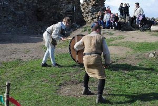 Bojovníci divákom ukázali, ako vyzerala stredoveká bitka.