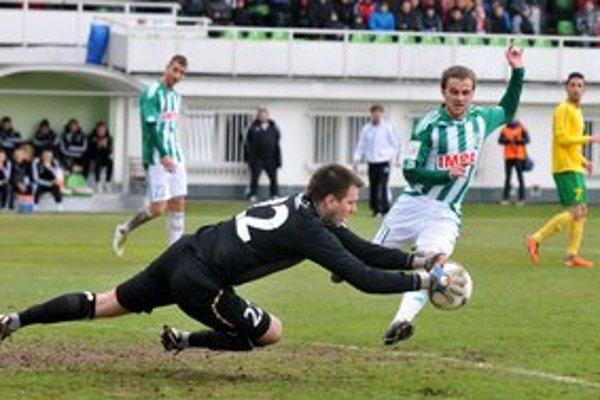 Peter Katona (na snímke vpravo, v zeleno-bielom drese). Jeho gól priniesol výhru Tatrana v Nitre.
