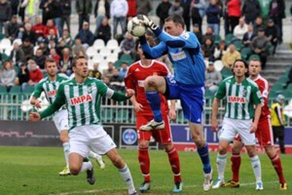 Michal Piter-Bučko (vľavo) verí, že v sobotu proti Dunajskej Strede vyhrajú a definitívne si zabezpečia zotrvanie v Corgoň lige.